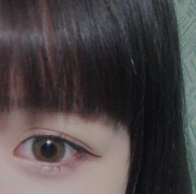 下瞼の目尻から黒目の始まり辺りまでにボルドーのシャドウでラインを引きます  (黒だとキツく見えてしまうので絶対ボルドーか茶色にしてください!)