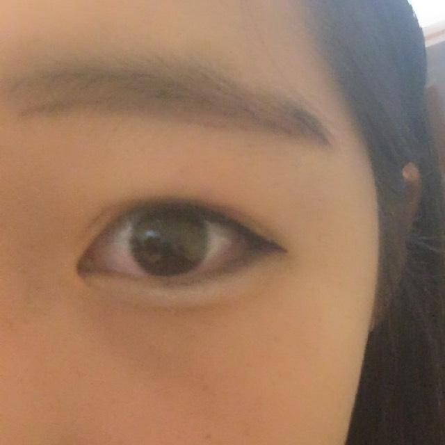 眉毛はアイブロウペンシルで形をとる