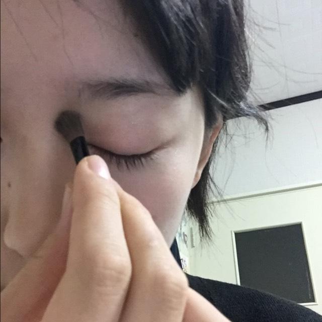 鼻筋をくっきりさせたいのでシェーディングとハイライトを使ってくっきりさせます