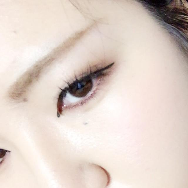 アイラインは目頭の切開から目尻を少しはみ出すくらいにまつげの極を埋めながら塗ったら完成です。