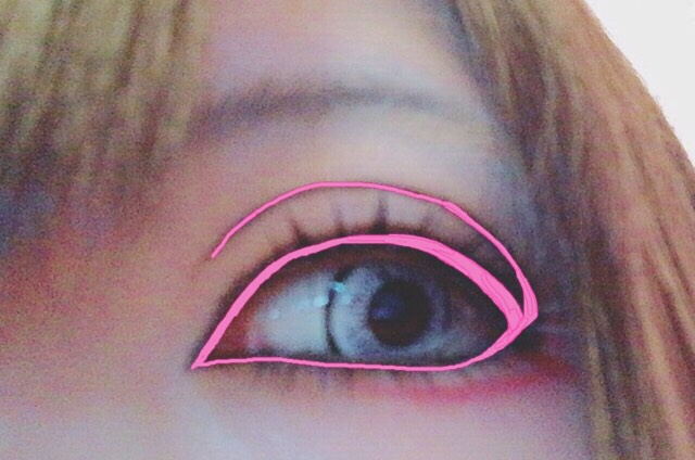 ピンクの線の様に目お囲んでからダブルラインも一気に引きます。 下瞼(粘膜)を囲む際にオバーラインになら無い様にしっかり目の縁に沿って書いて下さい