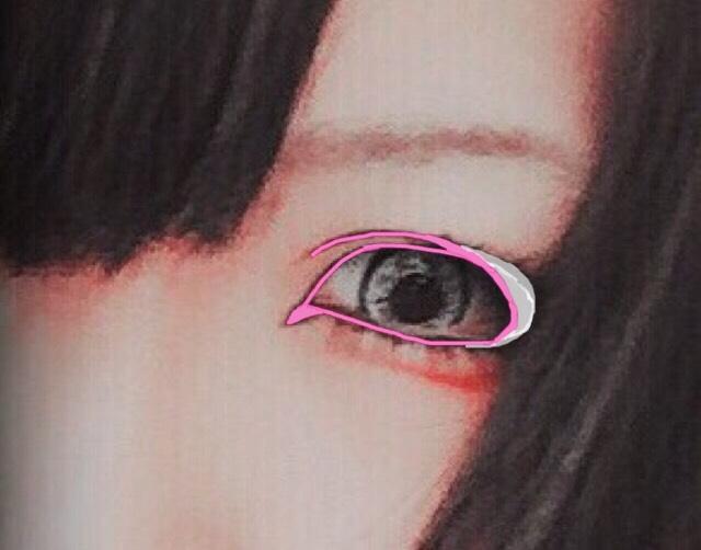 その次にシャドーでラインを暈すのですが暈しながら白い部分の様に目の横にシャドーを足していき目の幅を広く見せていきます(シャドーは出来れば黒を使って貰いたいですが無ければ茶色やグレー等の暗めのモノを選んでください)