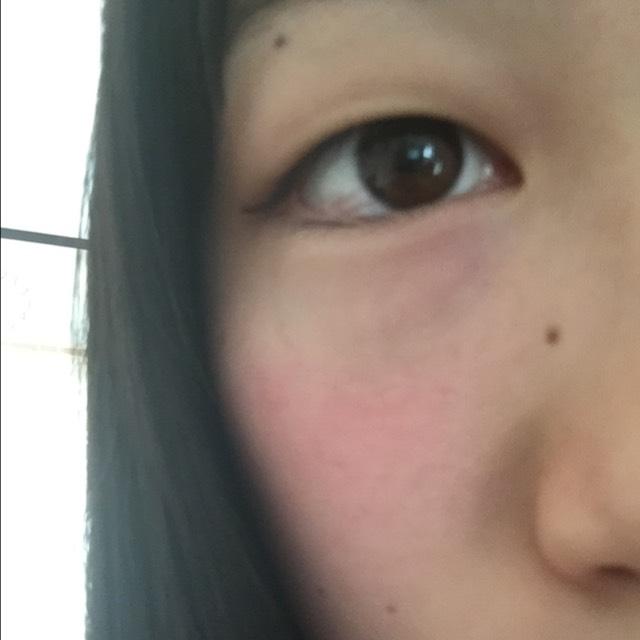 次に赤チークを目の下から広めにのせて色っぽくしていきます