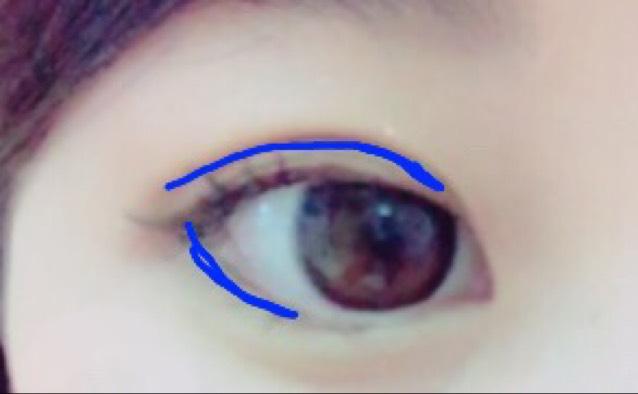 ドラックストアで買ったやつの黒い方を青い部分に塗っていきます! そうすることで二重部分が濃くなるのと、目が大きく見えます!