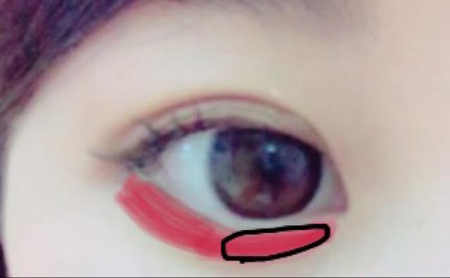赤いところにKATEのアイライナーについているパウダー塗ります!  眉毛は、KATEので! あとチークも塗ったら完成です!