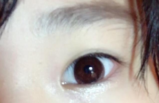 ベースと眉は仕上げてあります。 涙袋にラメを付けます。