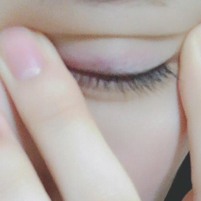 まず、二重の線を決めるために目頭を中指で、目尻を人差し指で引っ張って写真のように線を決めます。 ※引っ張りながら目を開けるとその線でいいか分かります( ˊ꒳ˋ )