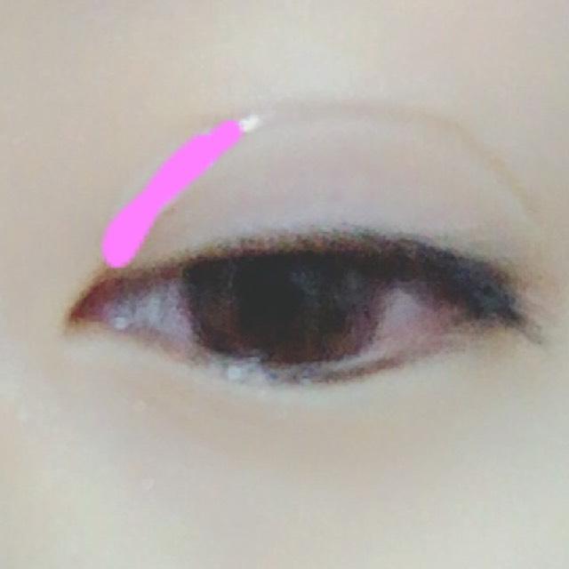 次に、目頭を接着します。ピンクの線にノリをつけた部分と目頭が自然に繋がるようにしてノリを塗ります。また乾かします。