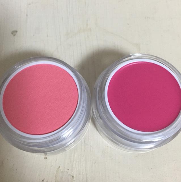02恋愛 右がクリームチークの紅紫色。左がパウダーチークの撫子色です。可愛らしい女の子を演出できるピンク色チークです