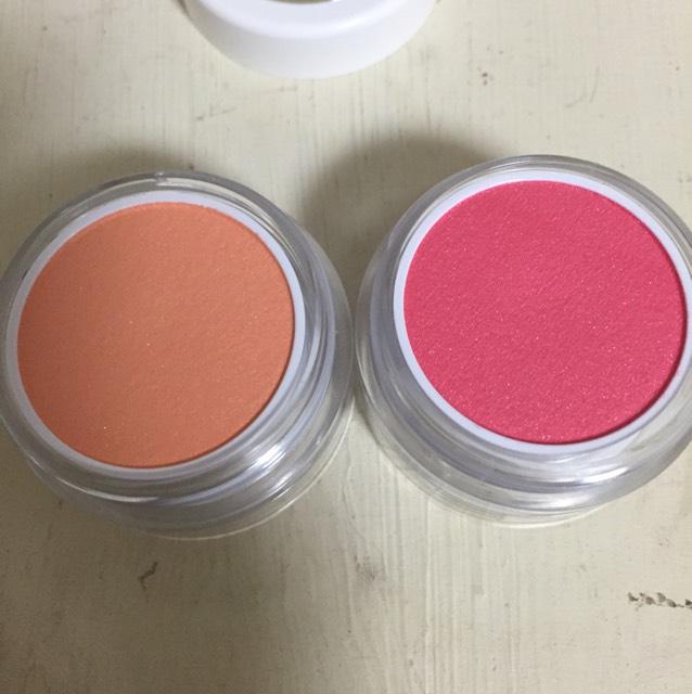 05わがまま 右がクリームチークの薄紅色で左がパウダーチークの杏子色です。和服にも似合うような色だと思いました。はんなりしたメイクが可愛いと思います。