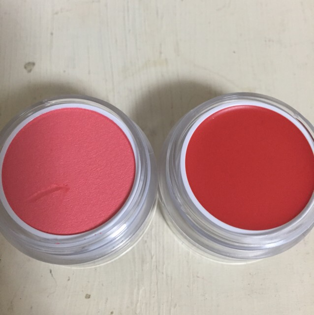 03夢中 右がクリームチークの赤橙色で左がパウダーチークの蜜柑色です。元気いっぱいでフレッシュな感じをのメイクが似合うと思います。