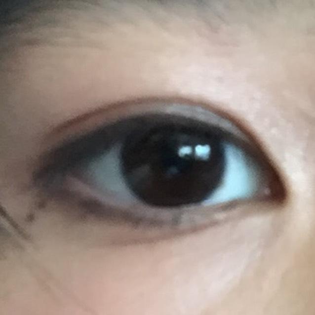 薄い色をまぶた全体に、濃い色を目の淵に塗れば完成!