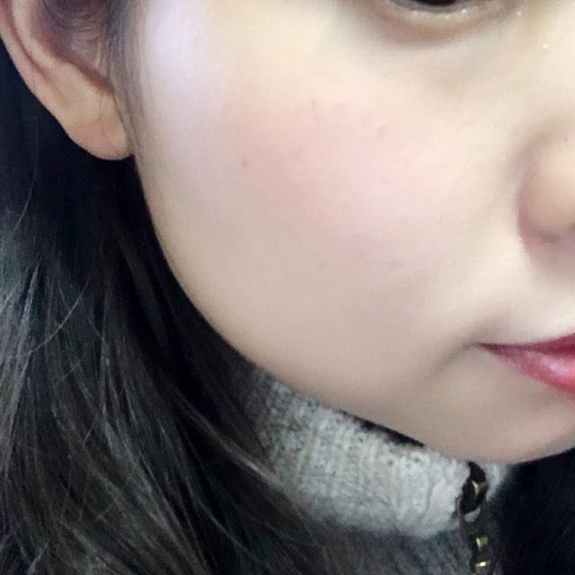 黒目の下、小鼻の横の延長線上に2点おいて指でぼかしてぼかしてふわーっとなるまでなじませます。 ぼかす時はなにもついてない指で!