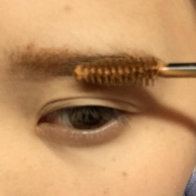 眉毛はボサボサ感を出したいのでマスカラのみ塗ります