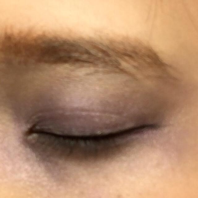 鼻筋のノーズシャドウをかなり濃く入れたらアイホール涙袋に黒→ブラウン→紫のアイシャドウを繰り返しぬります