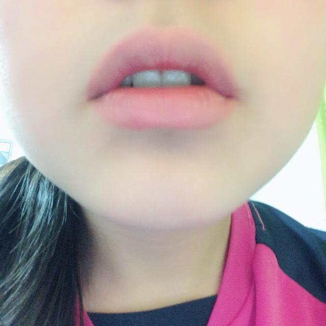 リップです まずはペンシルでオーバーリップに! 輪郭を足してふっくら唇の形を決めます!