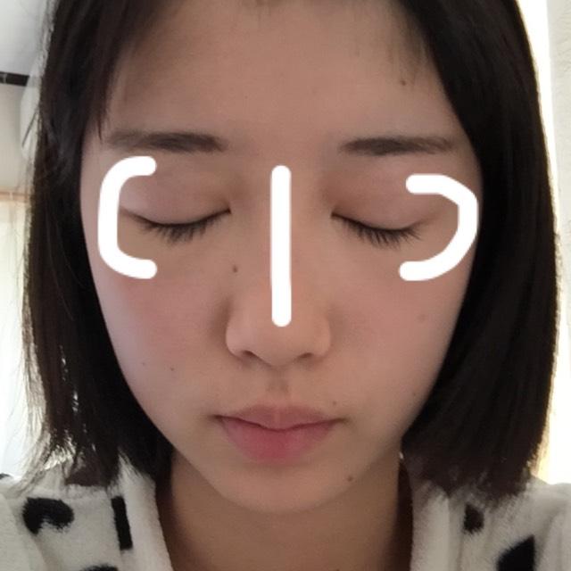 ベースが終わったらパウダータイプではないクリームやスティックタイプのハイライトを使い鼻筋と目の横のくの字のところにがっつりハイライトをいれます