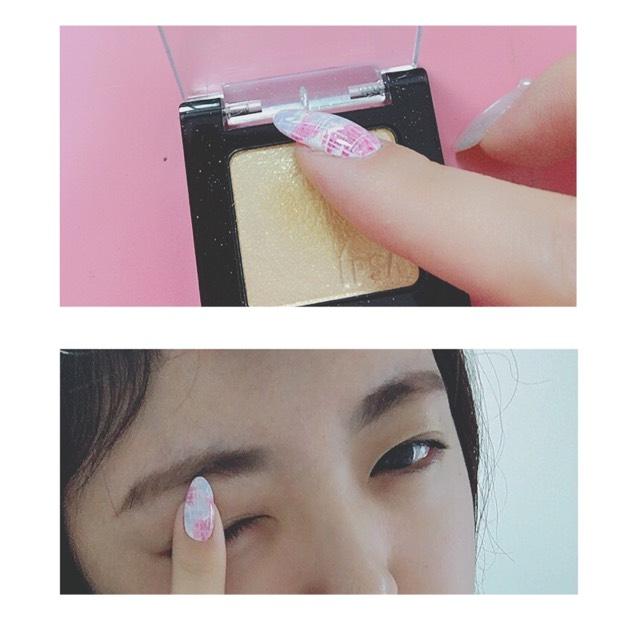 眉毛完成してる状態です(^。^)  続いて、ゴールドのアイシャドウをアイホール全体にぽんぽんと指でのせます。  ゴールドは肌馴染みがよくて目元を明るくしてくれるのでお休みの日とかはよく使います(^。^)