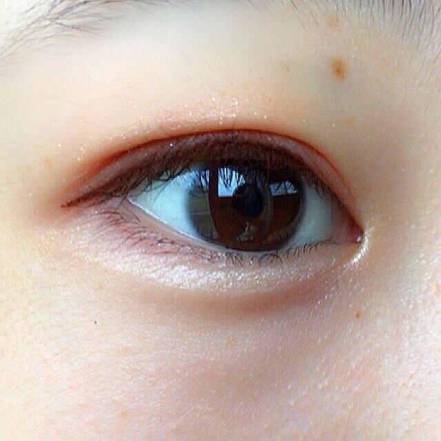 目の下3分の1にも赤みブラウンをいれ、涙袋にはハイライトをのせます