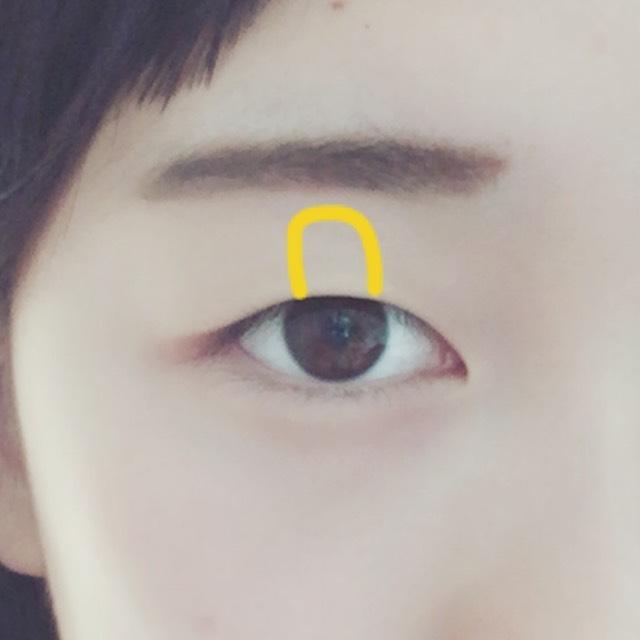 瞼の中心にラメが多いシャドーをのせて立体感を出します