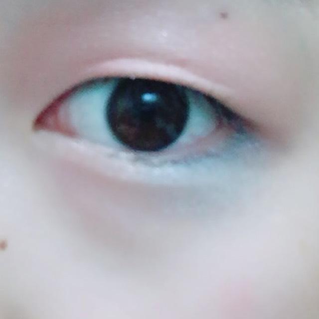 そして一番のポイントの下瞼3分の1に青のカラーライナーを引きます。引いたら少し綿棒でぼかします。ライナーがない場合はアイシャドーでもおっけーです
