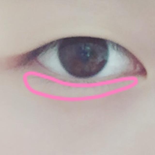 下瞼には白系のシャドーをのせて透明感を出します。塗りすぎると昔のギャルになってしまうのでほどほどにします。