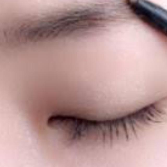眉毛はアーチ眉にしてパウダーでふんわりと仕上げます。