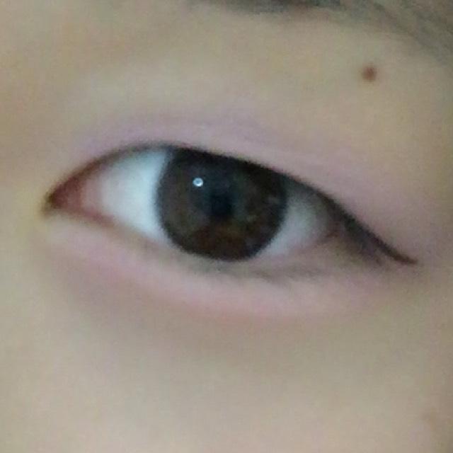 薄色ツヤツヤアイメイク シャドーはピンクやブルー系などほとんど発色しないカラーで透明感をアップさせます 上瞼にはパープル下瞼にはピンクを使います