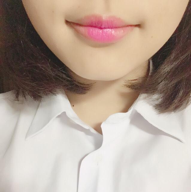 唇の真ん中のみに(ピンクベースがのもの)口紅を塗ります。