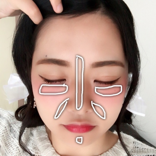 鼻筋、目の下、ほうれい線、顎、気になる部分にコンシーラーを塗って指で叩いて馴染ませます。