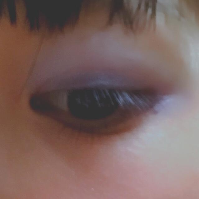 アイシャドウを紫、青(キャンメイクアイニュアンス)の順で目の縁に塗り、まぶた全体に水色(キャンメイクアイニュアンス)、白の順で塗る。
