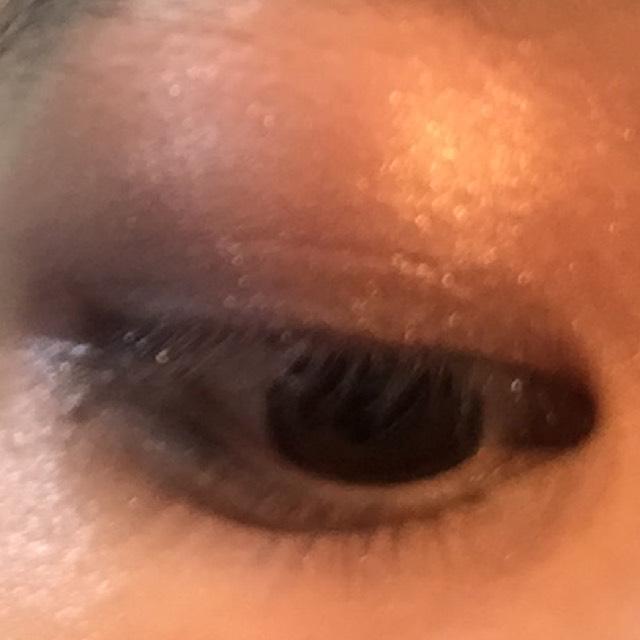 キャンメイクアイニュアンス21番右上の色と、ダイソーの1番くらい紫を目の縁に塗る (またまたわかりにくくてごめんなさい…)