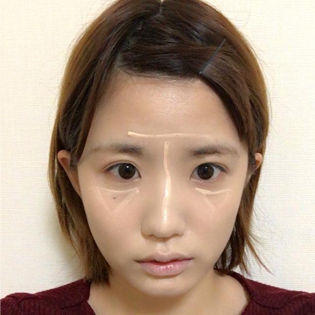 クッションファンデーションでお肌を仕上げたらペンシルタイプのハイライトコンシーラーでTゾーンや目元顎先などにこのように描いて馴染ませます。