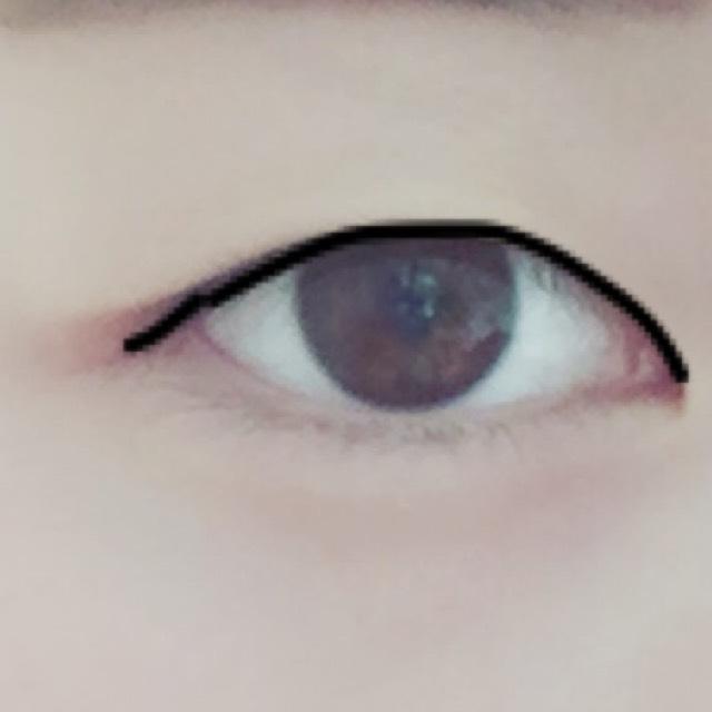 目元をもっとくっきり見せるために目のキワとアイラインを短めに目元に沿って引きます