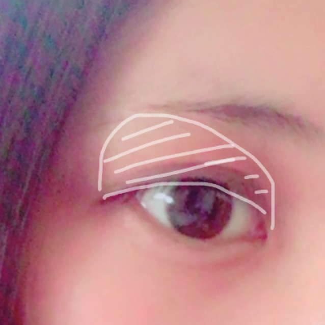 アイシャドウのベースカラーを塗ります!  大きく目頭から眉尻にかけて塗ります