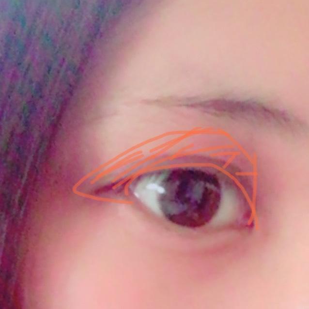 目頭から目尻の際をメインカラーを入れます。  一重だからと思わないで思いっきり塗ります!