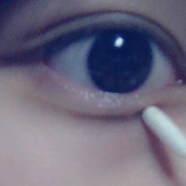 眉墨鉛筆で描いたところを 指や綿棒でぼかします。
