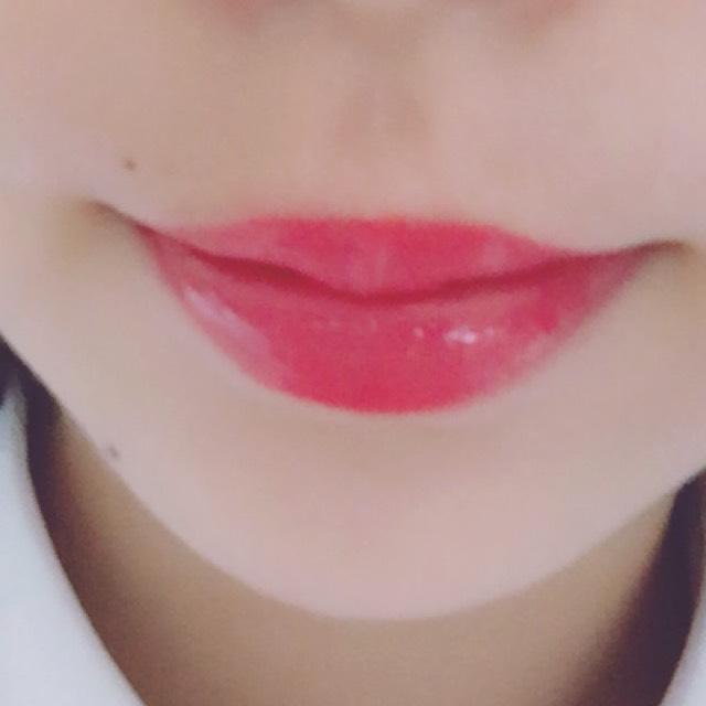 リップはピンク色の口紅に赤色のグロスを重ねてピンク過ぎない色にします。