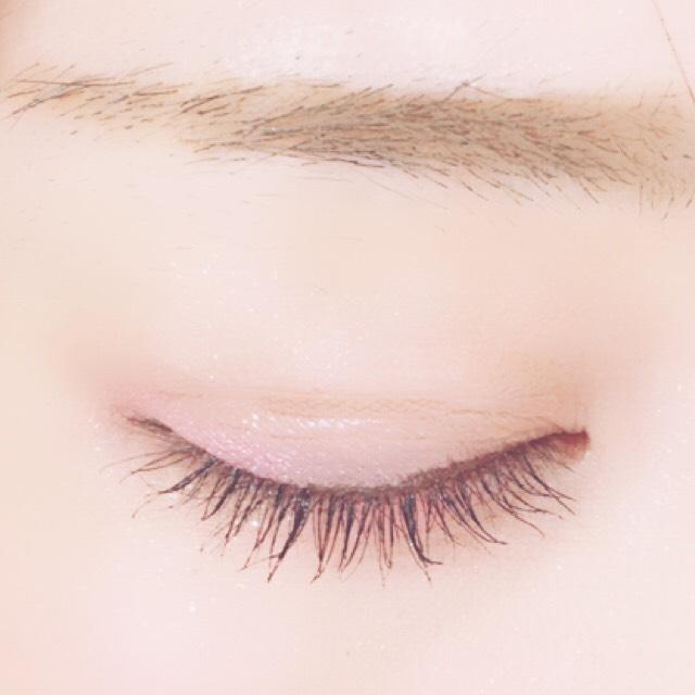 眉は困り眉をイメージしました。明るめのブラウンを使用しました。眉マスカラも塗ります。