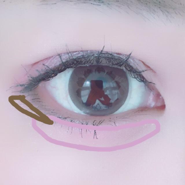 涙袋にうすーいピンクを塗ります。 下目尻に細くブラウンをブラシで取りタレ目になるように塗ります。