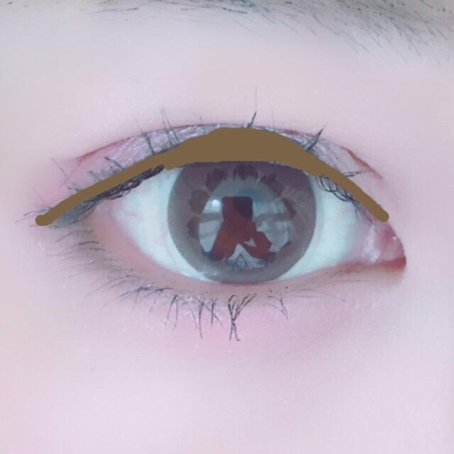 アイラインはブラウンのリキッド。目尻は2mmオーバーくらい。 黒目の部分を少しだけ太く塗ります。 太くなり過ぎないよう注意です。 マスカラは細く長くしっかり塗ります。 下睫毛もしっかり塗ります。