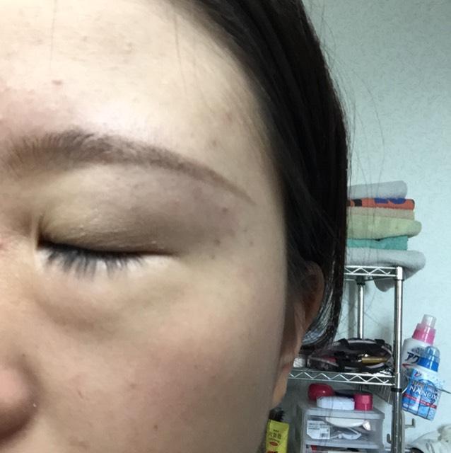 眉毛は書いてあります!  1アイシャドウベースを広めに塗りベースのカラーを瞼にまんべんなく塗ります