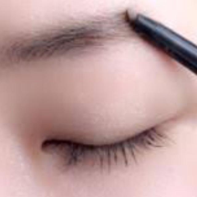 眉尻をしっかり書く。サッサッとやらずにしっかりと眉尻を書きます