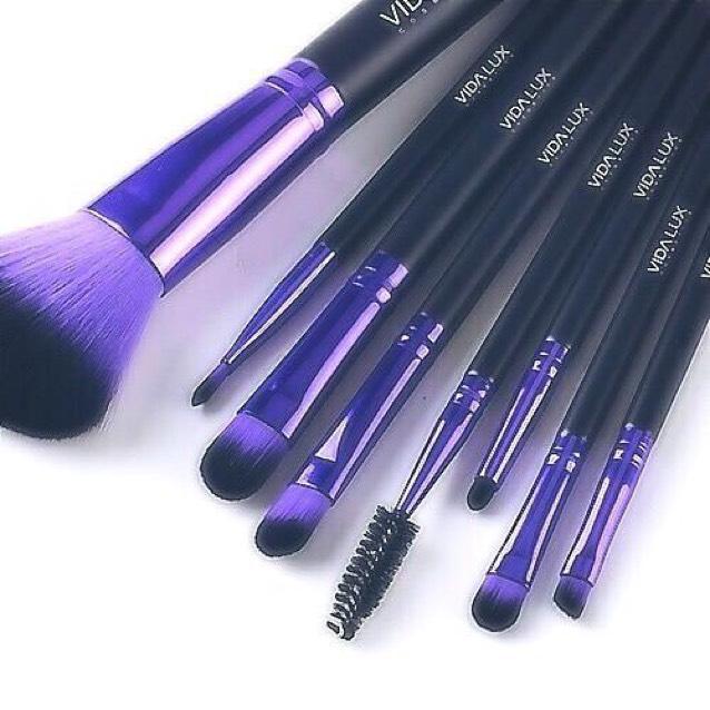 ファンデーションはブラシで塗ります。毛穴ひとつないつるん肌に見せるにはブラシを使いましょう