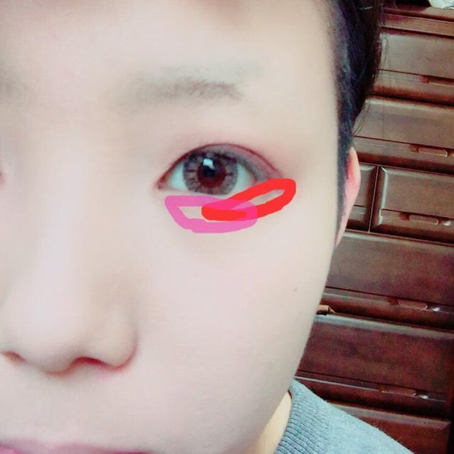 次に赤いシャドウを目尻の方に薄いピンクを目頭の方に、涙袋に沿って塗ります