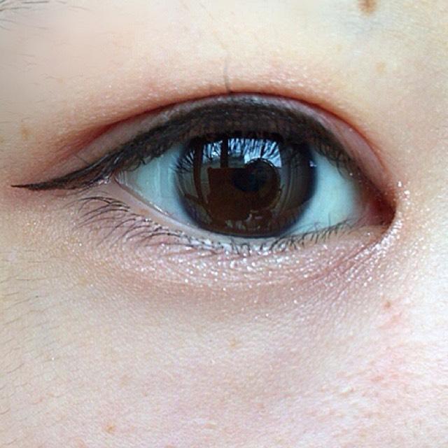 涙袋全体に左上の1番明るいカラーをのせた後に真ん中のカラーを目頭側にのせます