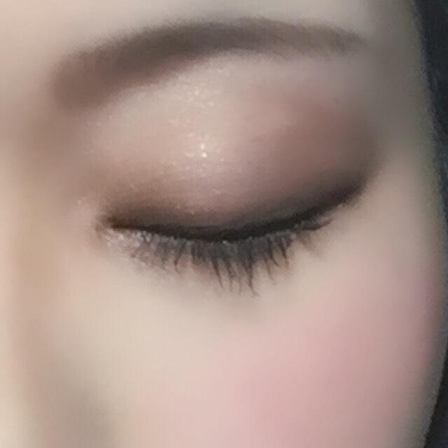 〈アイメイク〉  アイブロウ  自分の髪に合わせた色を選びます。 その方が全体的に馴染みます。 私の場合は、眉尻を決めてかいてから、眉頭を書いていきます。  アイシャドウ  ケイトのベージュをアイホール全体に 次に濃いベージュを二重幅全体に 最後にキャンメイクの一番濃い黒っぽいシャドウを目に沿って、細く入れていきます。 目の下には、目尻から3分の1くらいの所に、先ほども使ったキャンメイクの濃い色を入れていきます。 そして、目頭から中央あたりにキャンメイクの明るいホワイトを入れていきます。  アイライナー  目尻は少し跳ね上げるようにかきます。 あまり跳ね上げてしまうと、私の場合ですが、目がキツく見えてしまうので、少し跳ね上げるくらいが丁度いいです!  マスカラ  下地マスカラを最初に塗ります。 マスカラは一回塗った後、乾いてからもう一度塗ります。〈二度塗り〉