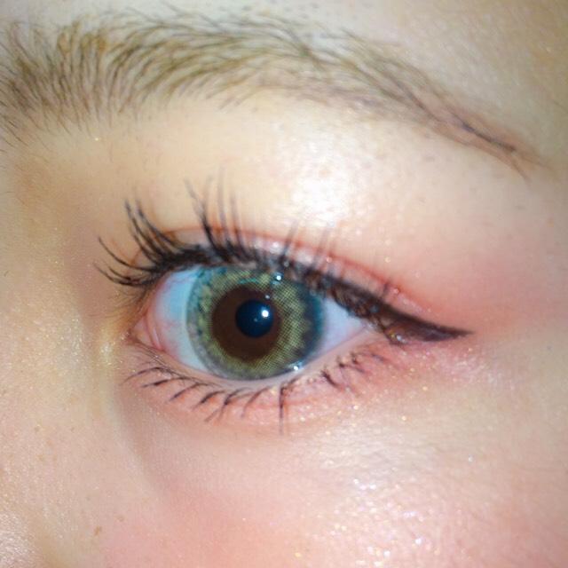 目の下にも赤のアイシャドウ 眉毛をいつもより暗い色で濃く! 彫り深く見せるために顔の凹凸をシャドウではっきりさせる!