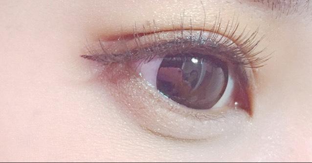 目尻側と黒目の下あたりにADDICTIONのブラウンシャドウをいれます。タレ目にみせるためです。