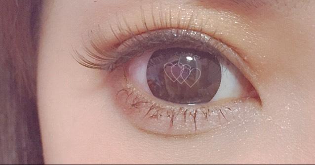 スージーのホワイトシャドウを瞼、涙袋、目頭側〜ハイライトにいれるとラメ感が強く出て華やかになります。全体にカラコン以外はブラウンで使ってるので濃くなりにくくなります。